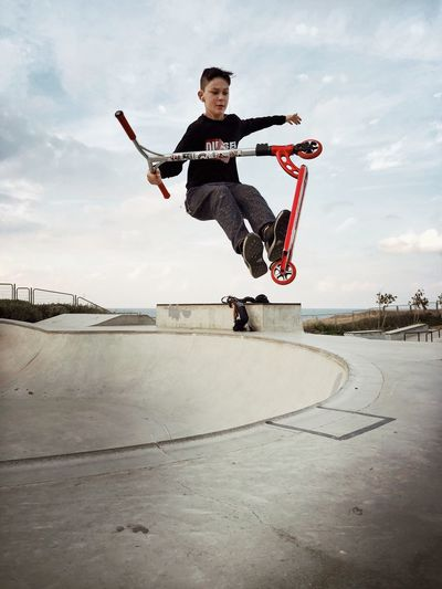 מייסקייט מייאייפון7 ShotOnIphone Full Length Sky Mid-air Real People Jumping Stunt Leisure Activity Skate Photography: Same Tricks, New Perspectives