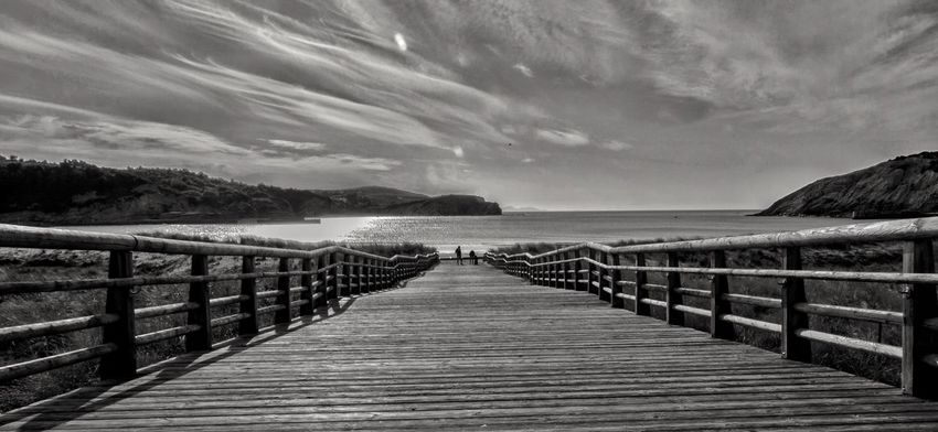Water Sea Railing Sky Scenics Tranquility Tranquil Scene Nature Cloud - Sky Pier Outdoors Beauty In Nature The Way Forward No People Day Wood - Material Horizon Over Water Jetty Beach Wood Paneling blanco y negro