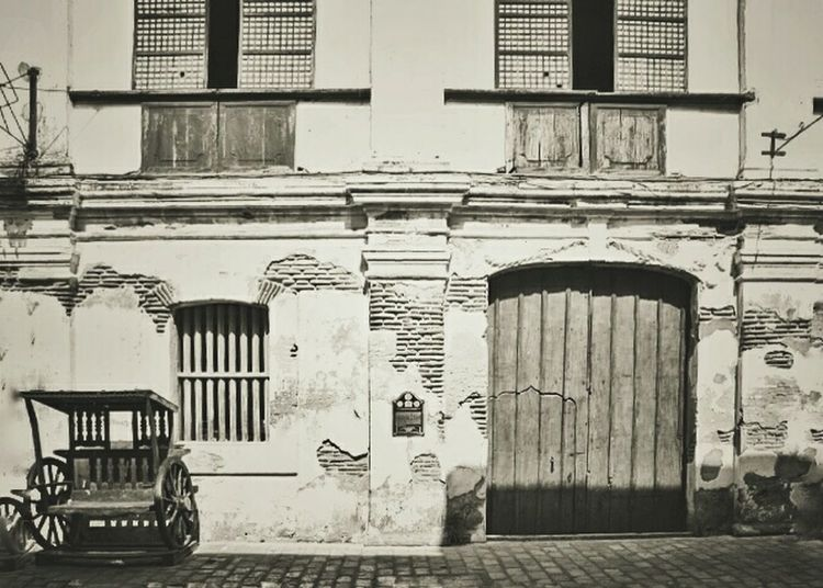 Facade of an old house, date back. Taking Photos Along The Way Architecture_bw Architecture Calle Crisologo Black & White Black And White Monochrome