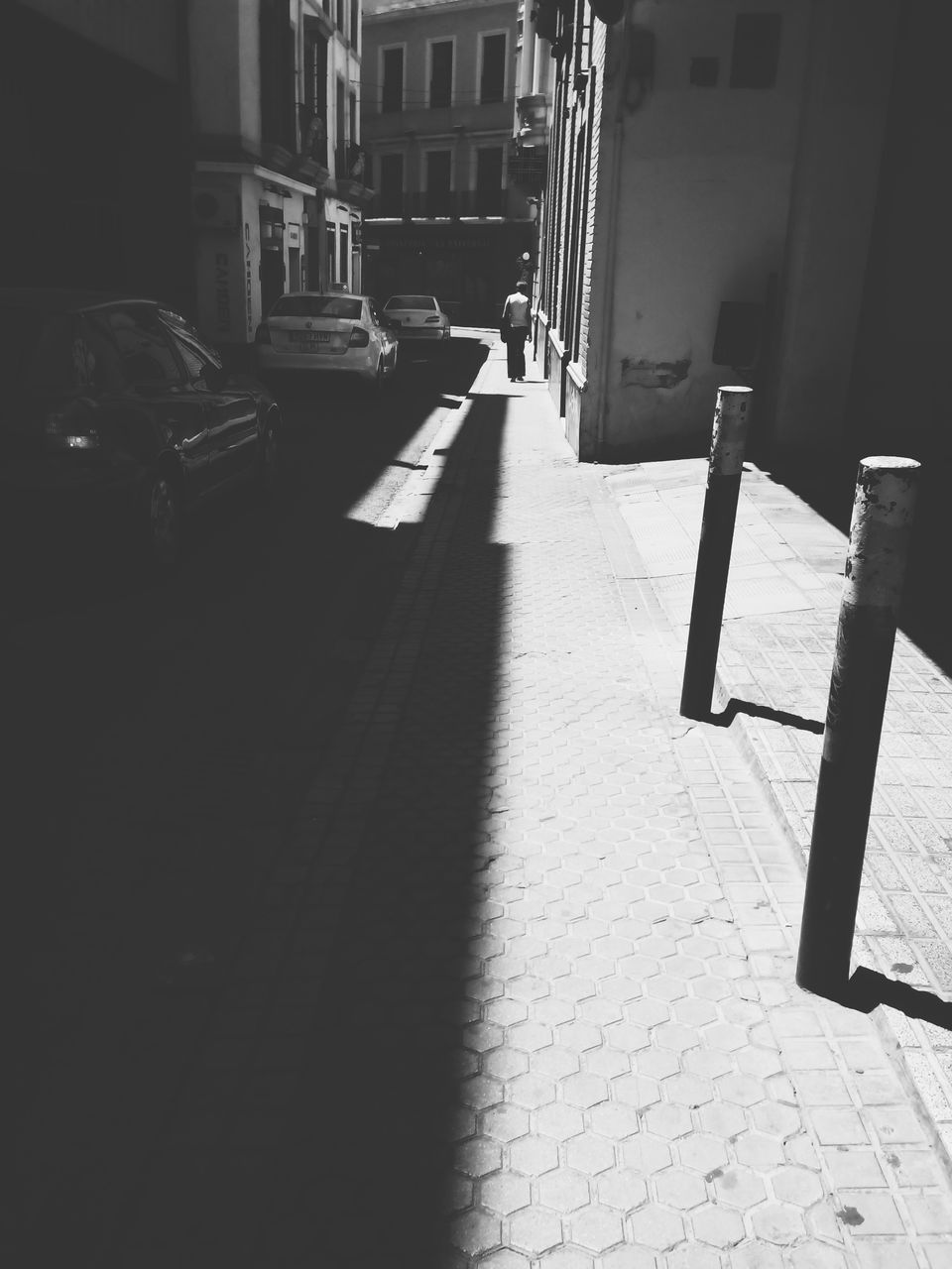 architecture, sunlight, shadow, built structure, building exterior, day, the way forward, outdoors, no people, city