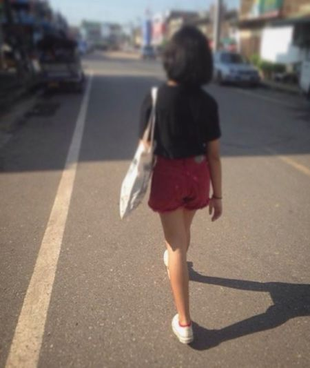 Aum Casual Clothing City Life From Behind Niece 💕 Red Shorts Road Street Thailand