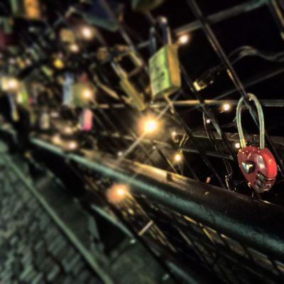 Saker jag mår bra av, del 11: Se att kärleken finns därute. Trots allt. Hundratals kärleksförklaringar hänger på bron över Svartån. ❤ Självläkning Process 100sakerjagmårbraav