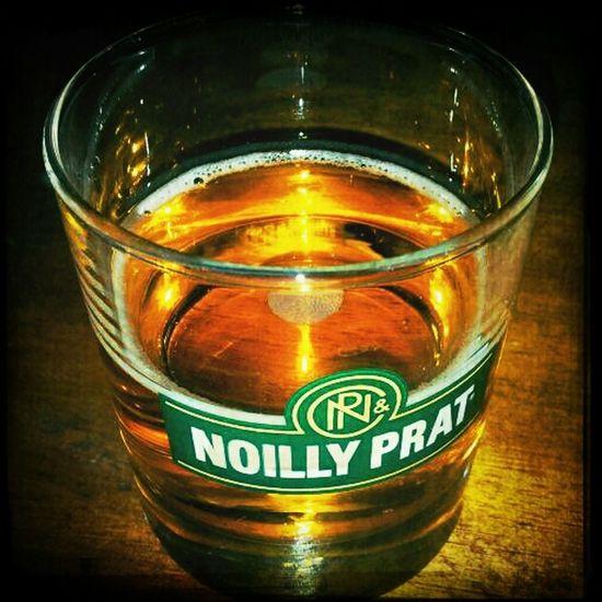 Ik drink. Op de liefde. Op het leven. Draadloos. Maar bovenal drink ik uit het glas van @bollegijz!