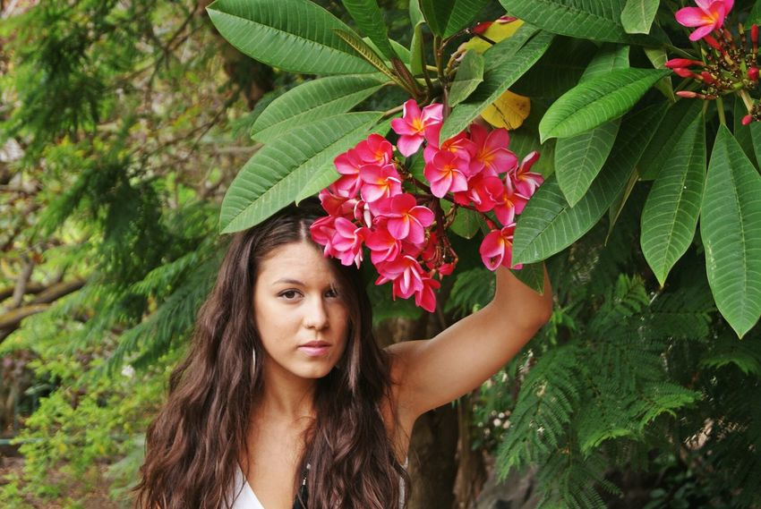 Leaf Only Women Portrait Adults Only One Woman Only Young Adult Headshot Beautiful Woman Confidence  Human Body Part Nature Adult Beauty Beautiful People One Person Plant Green Color One Young Woman Only Human Face Outdoors Flowers Beauty In Nature Young Women Latina Fashion