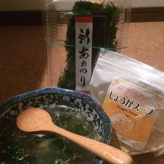 夜食です。 戴いたら算数問題にまた戻ります。 (尚、写真の式はお湯+胡麻+生姜+スープのもと+海藻=温まるスープとなります ※他にも、お好みな食材を入れてお召し上がり下さい。) )