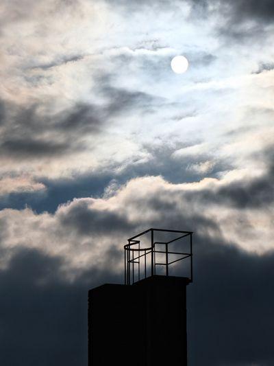 Schornstein und die Sonne hinter dicken Wolken ☀️☁️ Sun Space Sky Cloud - Sky Storm Cloud