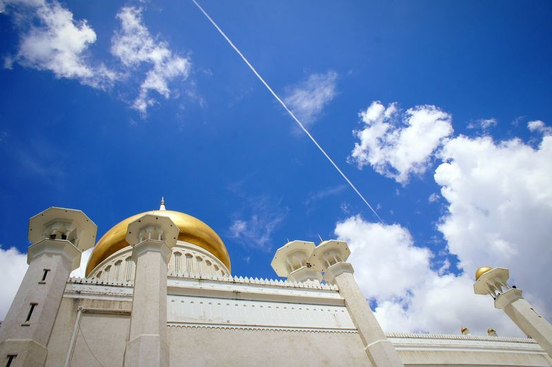 Brunei Darussalam Bruneidarussalam Bandar Seri  Begawan BandarSeriBagawan Mosque Architecture Brunei Mosque Place Of Worship Sky Vapor Trail Outdoors Architecture No People Travel City Dome Goldendome Gold Golden