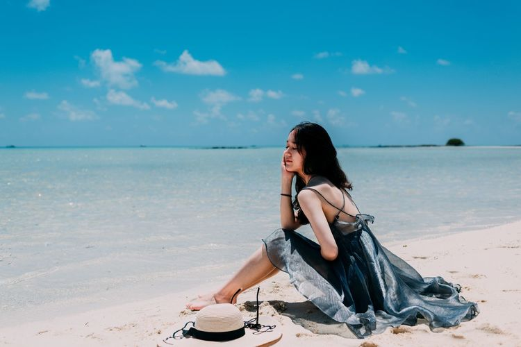 Semporna 男仔很忙 NikonD810 Beach Land One Person Full Length Sitting Sky Young Women Hair Hairstyle Sea Young Adult Water Lifestyles Adult Women Leisure Activity Sand Long Hair Beauty In Nature Relaxation