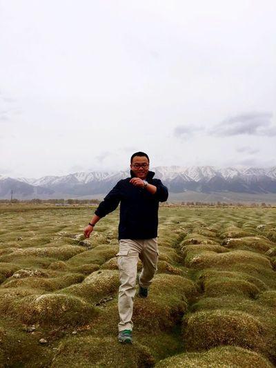 新疆,巴里坤草原,脚下的草甸子和身后的雪山