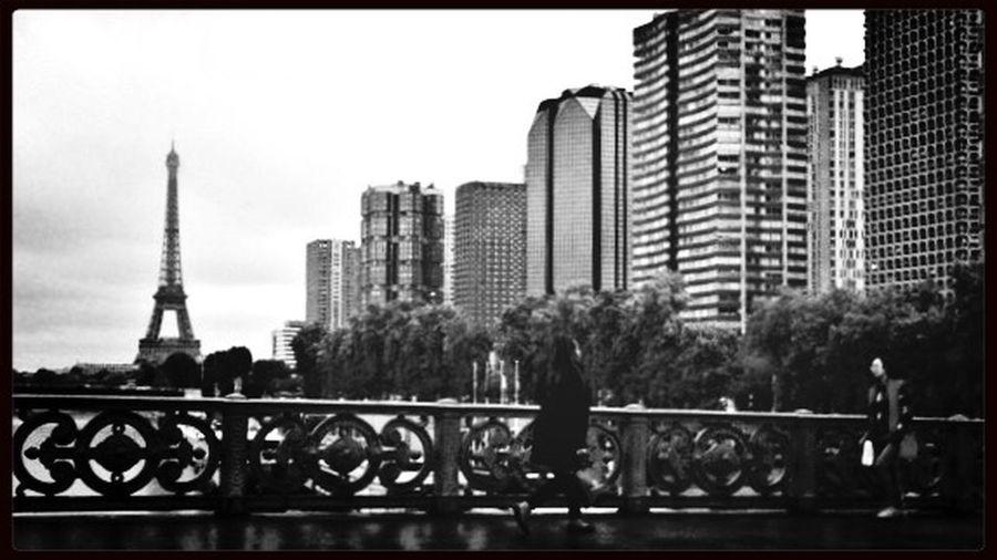 un jour de pluie depuis l Pixlr Jour De Pluie Pont Mirabeau Tour Eiffel Black & White