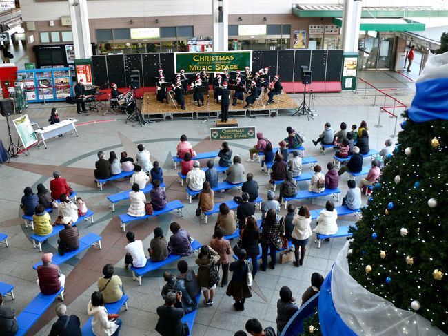 Christmas Music Stage Concert at Kamome-hiroba Concours , Nagasaki Station. Yesterday afternoon. Juniorhighschool Boysandgirls Live Music One Shot Story Project. People Photography Yesterday Afternoon カモメ広場 長崎駅 / V-LUX1 35mm