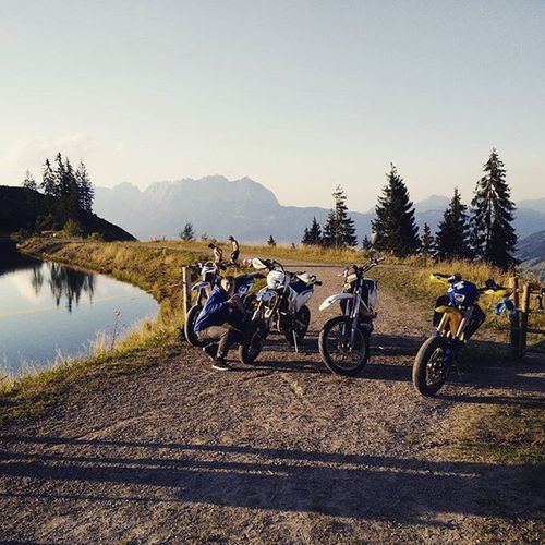 Awesome weekend with awesome people :D @schaefchen_17 @chiaralaurapastore @querly_official @trialboy_official @nemotime @berchen001 @525.basti @kenny_stuntride @al_iminator_117 Kitzbühel Husqvarna Sunset Querly Grenzgaenger Staygrenzig