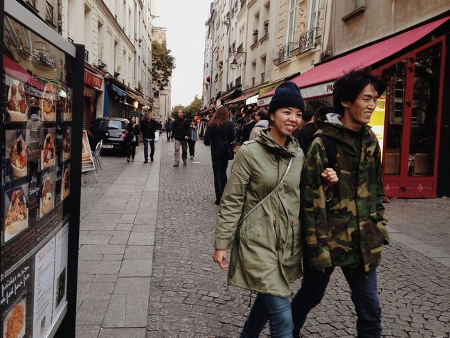 Live Love Shop Couple Paris Street People Shopping ♡ Street Photography Shop Two Is Better Than One Embrace Urban Life מייסטריט מייפריס Adapted To The City The Street Photographer - 2017 EyeEm Awards