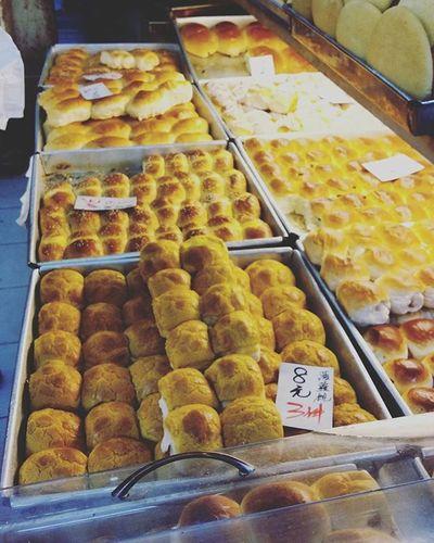 Traditional Local HongKong Buns 🍞🍞🍞 八蚊三個有良心! 唔是深夜放毒 純粹表揚下 手字又幾靚 Oldschool Retro Bread Bakery Baking Baked Food 菠蘿包 雞尾包 椰絲奶油包 麥包 腸仔包 光酥餅