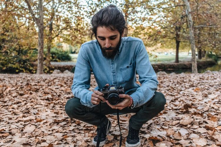 Juli Autumn Photography Themes Autumn Camera - Photographic Equipment Technology One Person Photographer Casual Clothing Photographic Equipment Young Adult Leaf Front View Plant Part Nature Day Photographing Holding Leisure Activity Men Adult Young Men 2018 In One Photograph Redefining Menswear