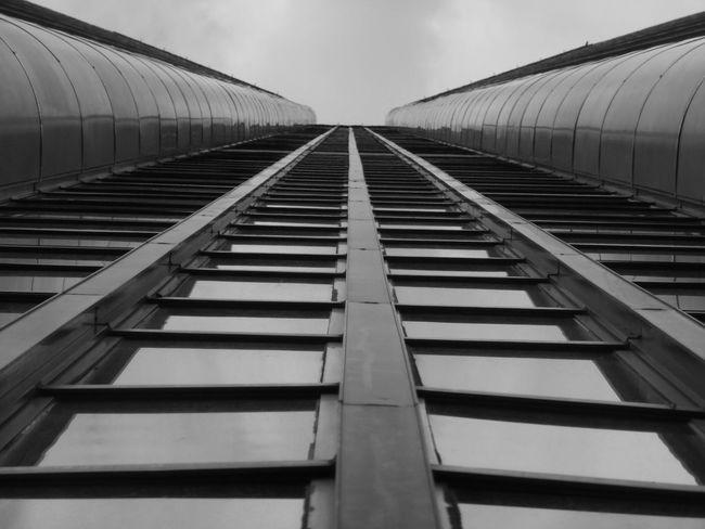 Architecture Building élément Architecturale Vue En Contre-plongée Vers L'avant Perspective Par Diminution Point De Fuite Jour Ciel Ville Repetition Grand