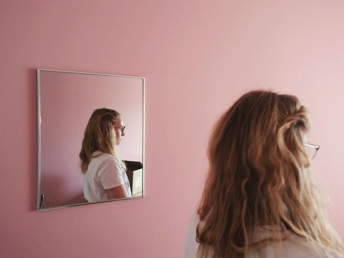 Art Is Everywhere Reflection Portrait Portrait Of A Woman Mirror Mirror Reflection Rear View Indoors  People Photography Natural Light Pink Pink Wall Bright Color Portrait The Portraitist - 2017 EyeEm Awards