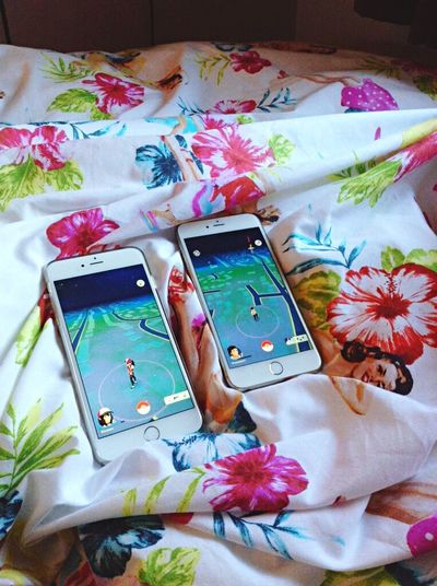 Relationshipgoals 📱👫🌺❤️ Pokémon PokemonGo App 90s Nostalgia Memories Pocket Monsters Ash Ketchum Misty Brock Battle GottaCatchEmAll Funny Couple Love Happy Bed IPhone Cute Pinup Gilelvgren Pin Up Style Flowers Summer