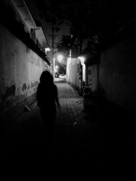 La Silouhette Street Streetphotography People Outdoors Person Blackandwhite Walking Around City Street Dark