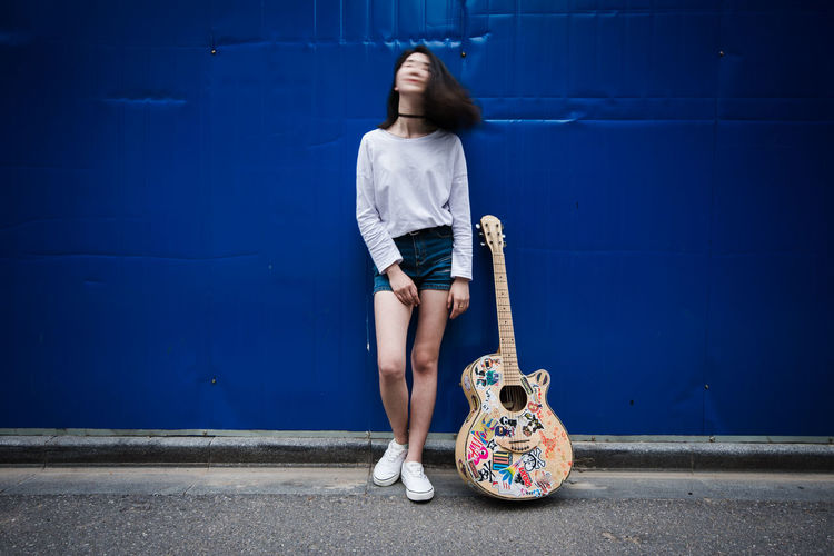 Lonely wandering singer Casual Clothing Chinese City Girl Guitar Leisure Activity Lifestyles Lonely Portrait Singer  Wandering