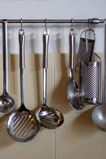 cucina Alloy Choice Clean Close-up Cooking Utensil Domestic Kitchen Domestic Room Eating Utensil Hanging Home Household Equipment Indoors  Kitchen Kitchen Utensil Ladle Metal No People Saucepan Side By Side Spoon Steel Still Life Variation Wall - Building Feature The Still Life Photographer - 2018 EyeEm Awards