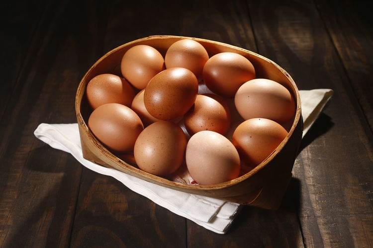 ovos caipira Food Food And Drink Egg Healthy Eating Freshness Table Wellbeing Still Life Brown Wood - Material Close-up Indoors  Raw Food No People High Angle View OVO Bowl Container Basket Large Group Of Objects Kitchen Utensil Ovos Caipira