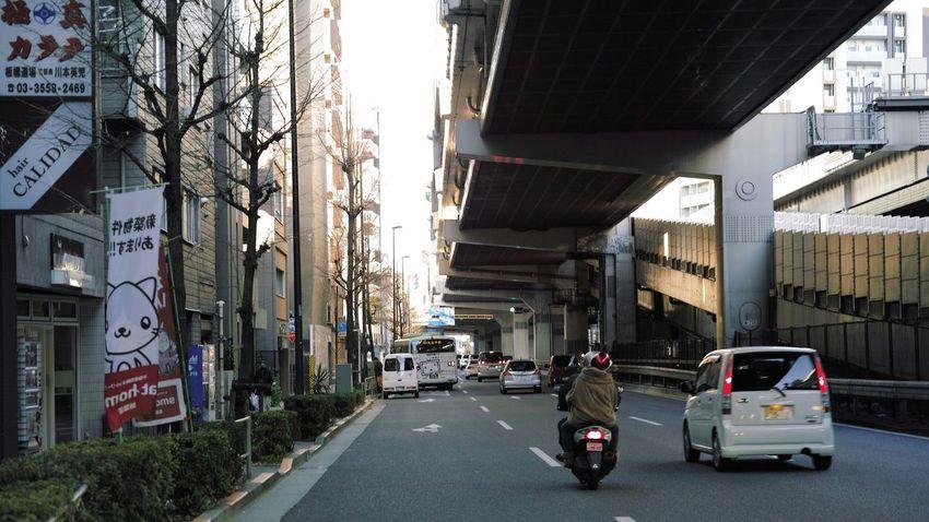 道路に出て撮ってるように見えますが、ちゃんと道路の端の引かれない所にいます。On The Road Snapshot Cycling Around Life In Motion Capture The Moment Tokyo Cityscapes On The Way Buildings Buildings & Sky Tokyo Highway 16:9 Crop Tokyo EyeEm Best Shots