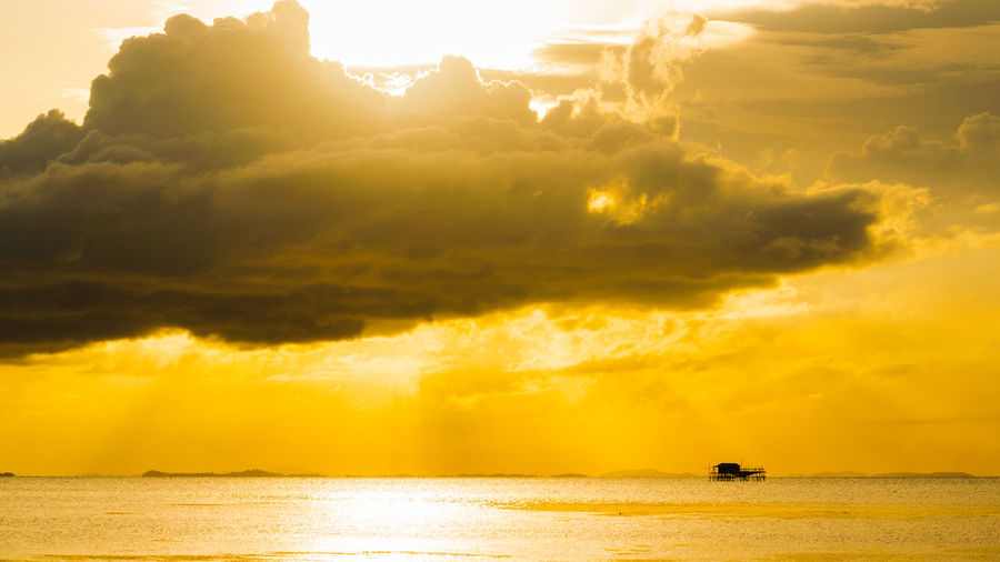 Minimalism Seascape Golden Hour Copy Space Backgrounds Sunshine Sundown Nature Water Sunset Yellow Mountain Sun Sunlight Sky Landscape Dawn Sunbeam Shining Foggy Dramatic Sky Silhouette Atmospheric Mood Sky Only Storm Cloud Romantic Sky Outline Moody Sky Forked Lightning Cumulonimbus