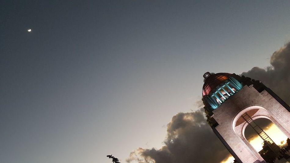 Cohete a la Luna. Monumento A La Revolucion Luna Ciudad De México Atardecer
