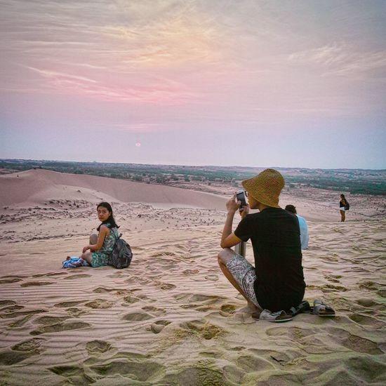 Muine Vietnam Whitesanddune Sunrise Couple Scenery