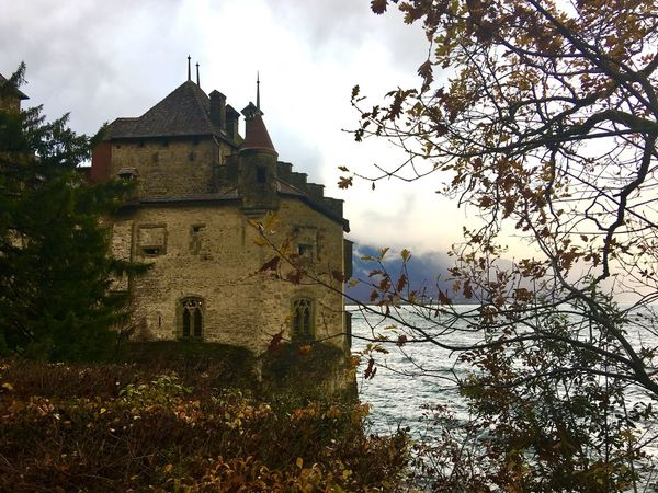 Chillon Castle Veytaux 🇨🇭 Switzerland Architecture Architecture_collection Autumn🍁🍁🍁 Autumn Collection Beauty In Nature Traveling Landscape Lake View Traveling Photography Landscape_photography Foggy Morning