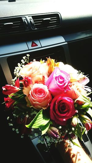 Flowers, Surprise, I And You Love ♥ Beautiful Day, Roses , Surprise On The Way Love Coming Home Flowers First Eyeem Photo New Years Resolutions 2016 Welcome Weekly Urban Spring Fever