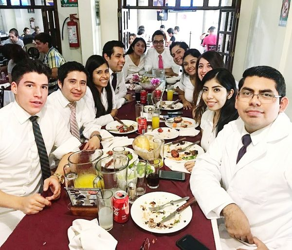 Fin del Internado con los mejores #medicallife #doctors #MIPMexicoOrizaba #OrizabaPueblomagico #people Photography #foodphotography Young Women Bride Eating Friendship Men Sitting Women Wineglass Togetherness Dinner Party