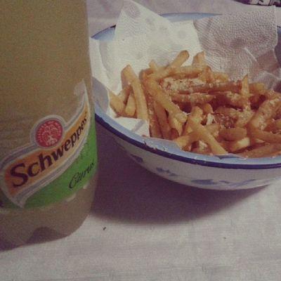 Batatafrita com meu amor . Schweppes Boanoite Fome gordice vontade .