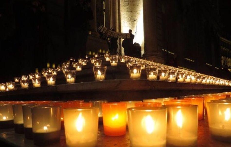 Lyon : Des lumignons ont été déposés Mercredi soir sur le perron de L'hôtel de ville de Lyon pour rendre hommage aux victimes de l'attentat contre Charlie Hebdo