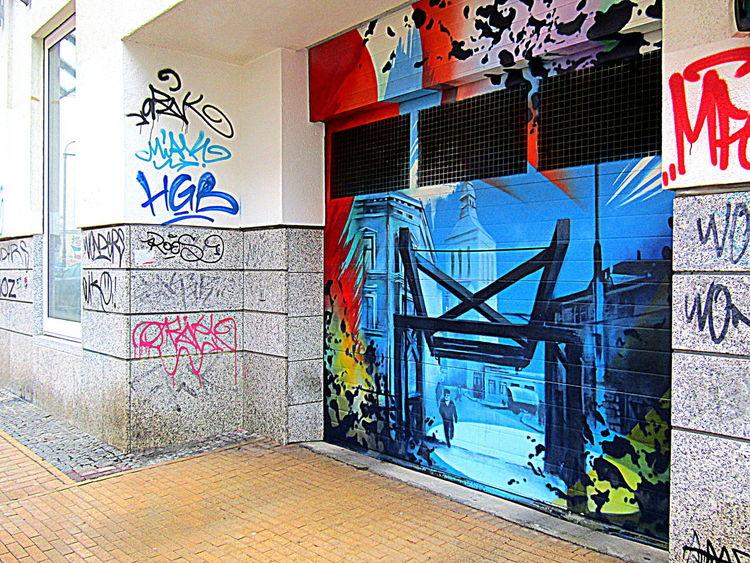 Noch Ist Die Bemalung Unberührt--Garagentor Nor Is The Painting Unaffected---garage Door Rostock 2017 Street Art