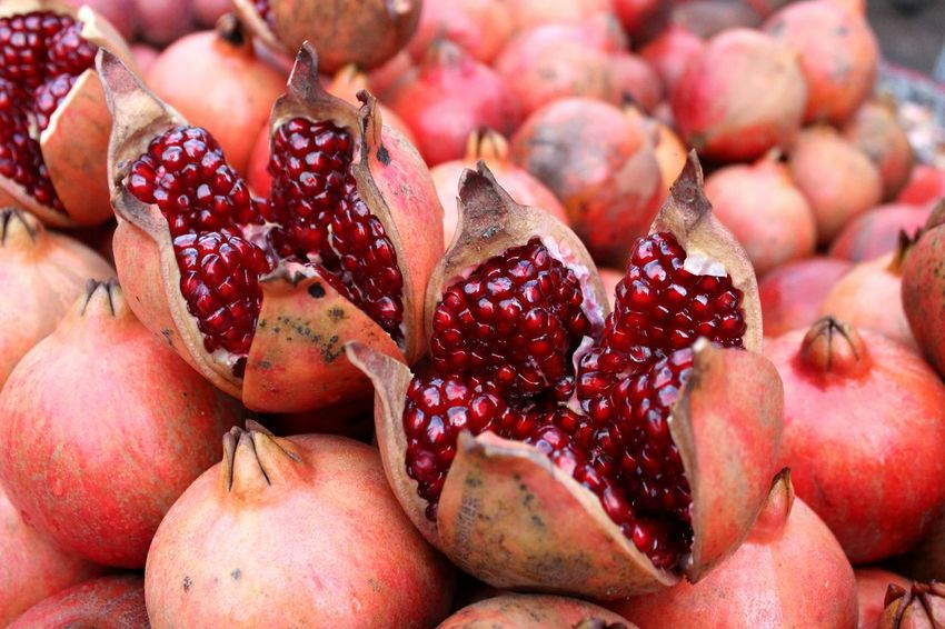 Pomegranate Fruit Food Healthy Eating Red Food And Drink Pomegranate Freshness Close-up No People Pitaya Pomegranate Seed Outdoors Sweet Food Day Supermarket This Week On Eyeem Delhi
