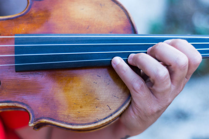Violino Close-up Day Human Body Part Human Hand Indoors  Men Music Musical Instrument Musical Instrument String Musician One Person People Real People Violin Violine  Violinist