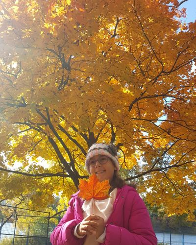 Leaf 🍂🍁🇨🇦 Young Girl Sunny Day Park Colors Nature TorontoLife Fall Colors Canadian Leaf Warm Clothing Tree Smiling Autumn Headshot Leaf Women Front View Happiness