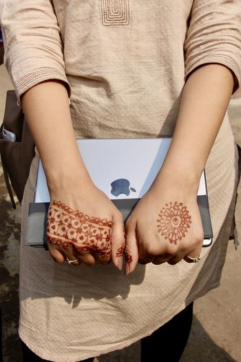 Apple Hands India Mumbai Traditional Clothing Woman Bright Future Contrast Education Girl Henna Henna Art Henna Tattoo Holding The Future Inspirational New Times Off To School Off To Work Professional Woman Tatoo Ton Sur Ton Tradition And Modernity Tradition Meets Modern Young Girl Young Professional