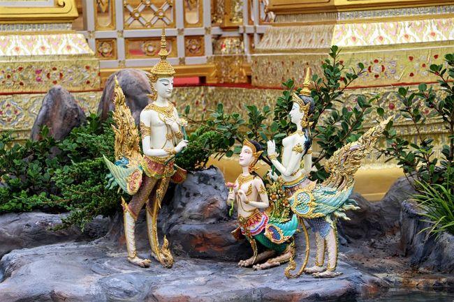 ลานอุตราวรรต หรือ พื้นรอบฐานพระเมรุมาศ มีสระอโนดาดทั้งสี่ทิศและเขามอจำลอง ภายในสระประดับด้วยประติมากรรมสัตว์หิมพานต์ ได้แก่ ช้าง โค สิงห์ ม้า และสัตว์หิมพานต์ตระกูลต่างๆ