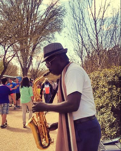 Cool guy playing outside Smithsonian Natural History Museum 😊🎷😎 UrbanSpringFever Hanging Out Taking Photos PhonePhotography Streetphotography Streetperformer Saxophonist Saxophoneplayer Cool Dude Sunglasses Ignoring Me Washington, D. C.