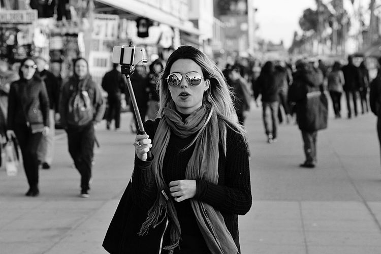 On Camera Selfie ✌ Selfies Views From The Sidewalk Shooting Strangers Black And White Photography Black And White Venice Beach Hanging Out SheWalksThisEarth Streetphotography Streetphoto_bw Street Photography Urban People Watching