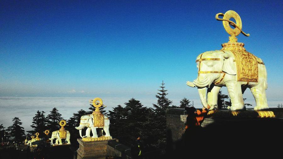 峨眉山 Cloud Sea (雲海) 峨眉山 King - Royal Person Tree Sculpture Statue Clear Sky Blue Human Representation Art And Craft Male Likeness Memorial