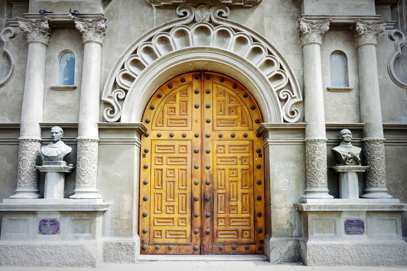 EyeEm Selects the door, Perù Door Entrance Carving - Craft Product Arch Architecture Built Structure History Day Bas Relief Travel Destinations No People Outdoors Building Exterior Streetphoto_color Fresh 3 EyeEm Best Shots Perú ❤ Perù 🇵🇪 City Architecture Doors Lover Doorporn Doorsworldwide
