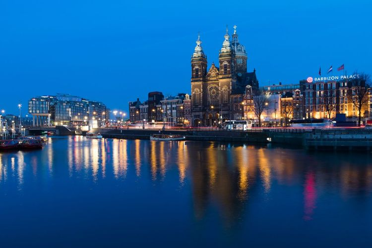 Hollanda Pays Bas Netherlands The Netherlands Holland Blue Hour Blue Hour Cityscape Prins Hendrikkade Amsterdam CS Centraal Station Amsterdam RK Nicolaaskerk Church Of Saint Nicholas Church Illuminated Night Reflection Architecture Water City Building Exterior Travel Destinations Built Structure Cityscape Urban Skyline Blue