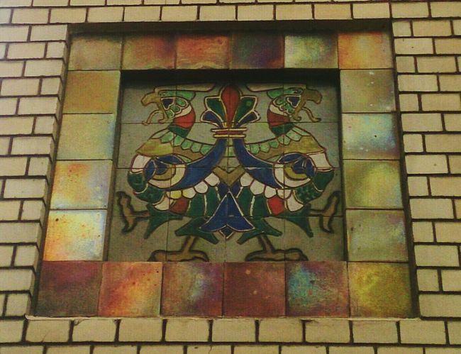 Пестрый орел. арт  деталь птица Art Detail Bird Close-up No People Building Exterior Brick Wall