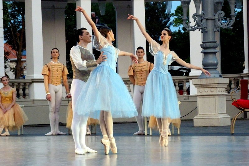 Architecture Art Ballerina Ballet Dancers Ballet Time  Casual Clothing Cluj Napoca Dancing Day Fun Leisure Activity Lifestyles Outdoors Pointe Shoes Romania Side By Side Swan Lake The Swan Lakw Tutu