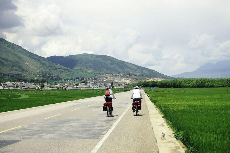 騎行走滇臧。Holiday POV Dali Yunnan Yunnan ,China On The Way Popular Photos Starting A Trip Enjoying Life Hitchhiker Walking On Sunshine Sunshine And Summer Time