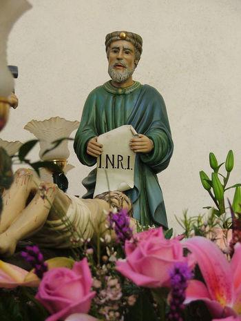 INRI Jesus Statue Flower Sculpture Text